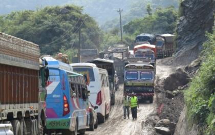 नारायणगढ–मुग्लिन सडकखण्डमा पहिरोको जोखिम बढ्यो