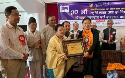 गायक स्व. अरुण थापाको स्मृतिमा मन्त्रीद्वारा गायिका घर्तीमगर सम्मानित