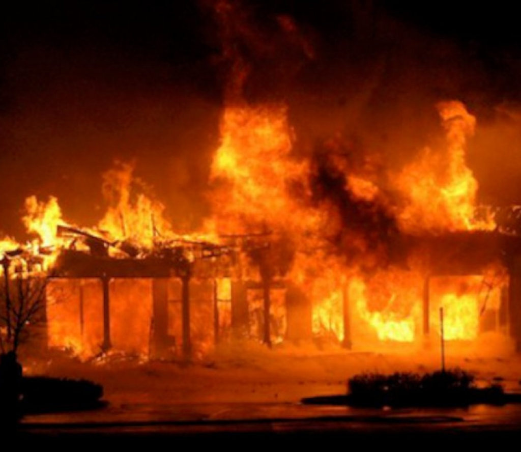 श्रीमती र २ वर्षीय छोरालाई घरभित्र थुनी जिउदैँ जलाएर फरार
