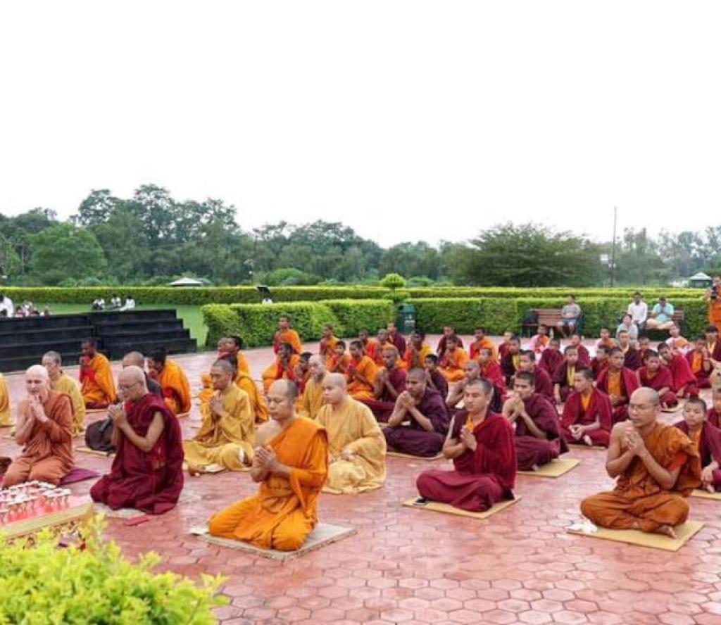 लुम्बिनीमा भिक्षुलाई कठिन दान