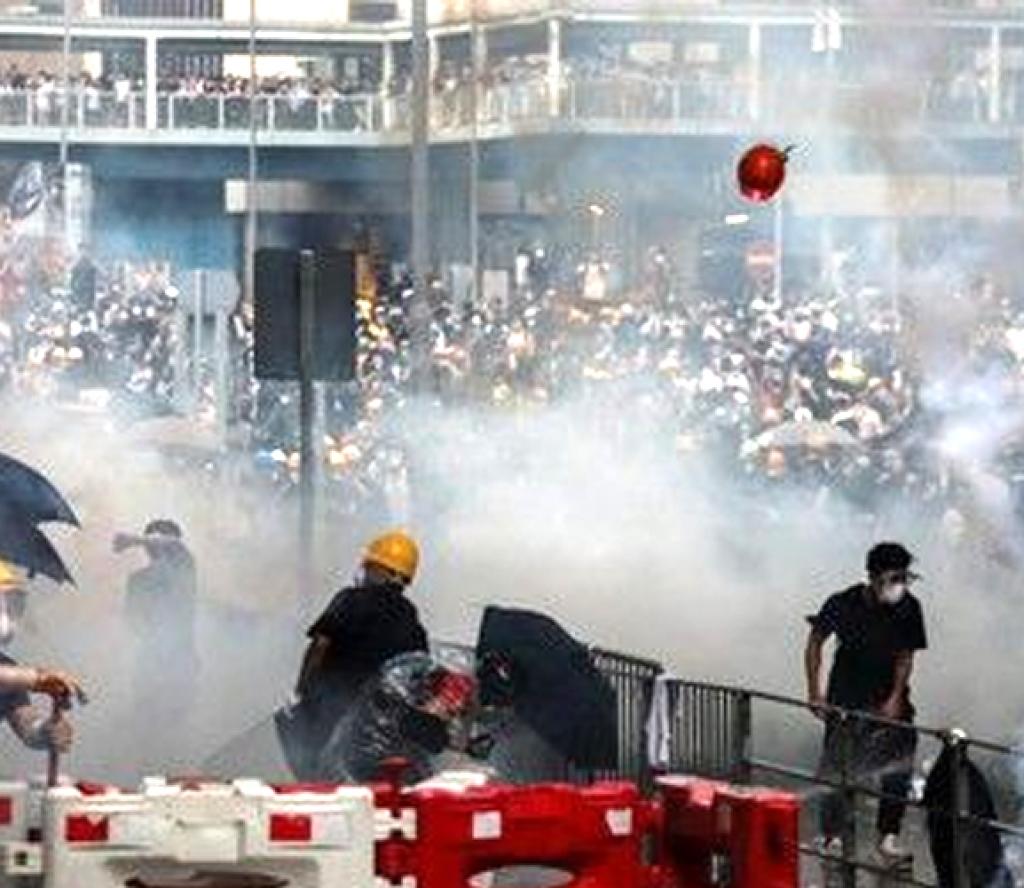 हङकङको आन्दोलन आक्रामक बन्दै, परिवारलाई 'विदाई चिठ्ठी' लेख्दै युवा निस्किए प्रदर्शनमा
