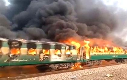 पाकिस्तानको कराचीमा गुडिरहेको ट्रेनमा अकस्मात आगलागी, ६५ जनाको मृत्यु