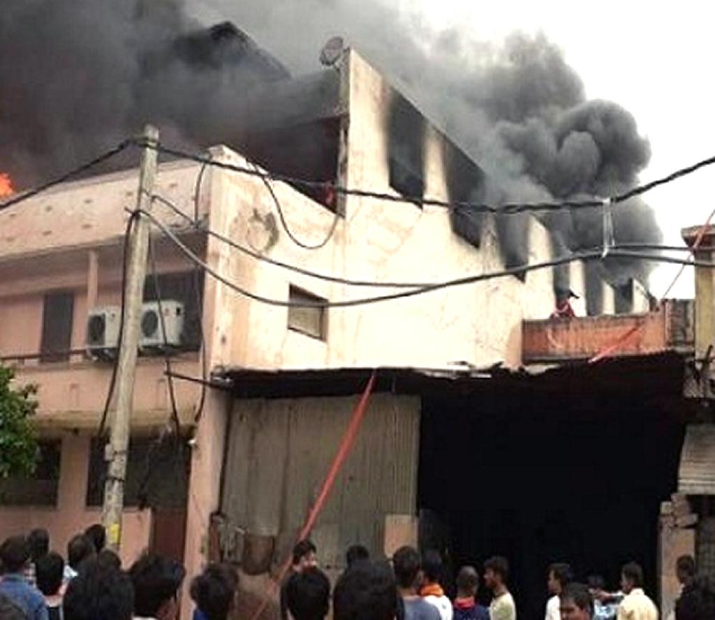 दिल्लीको झोला उद्योगमा भीषण आगलागी, ४३ मजदुरको मृत्यु, दर्जनौं घाईते