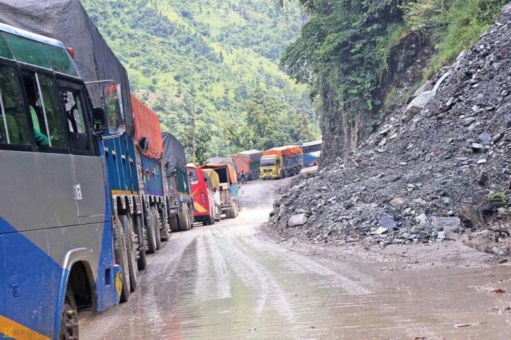 अवरुद्व नारायणगढ-मुग्लिन सडक एकतर्फी खुल्यो