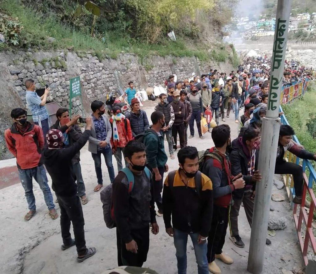 सीमामा रोकिएका नेपाली ट्युब चढेर धमाधम लुकेर नेपाल छिर्दै
