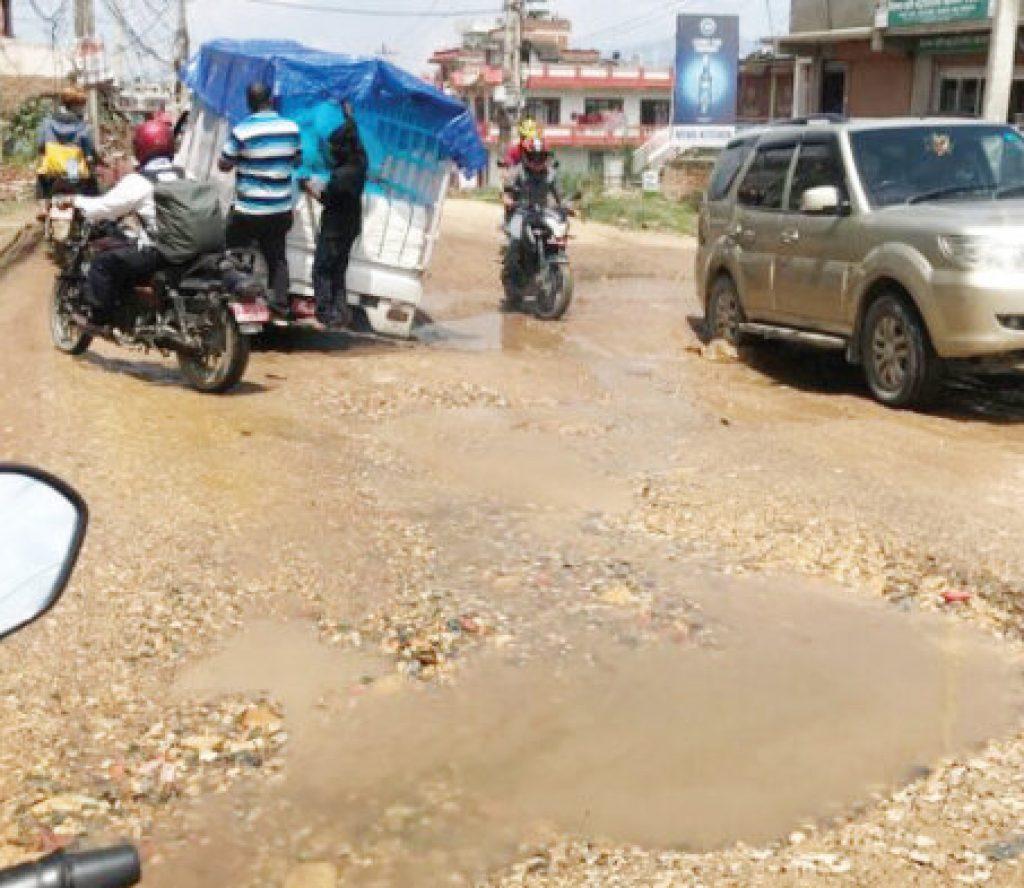 सडकमा क्रस गरेर अकासे पानी र ढल, सरकार र स्थानीय तह बने रमिते