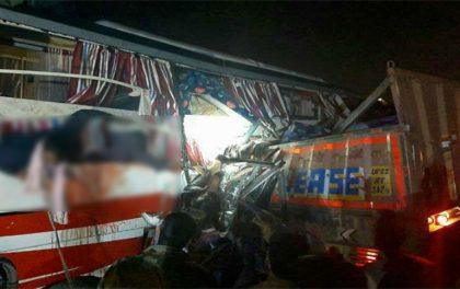 यात्रुवाहक बस ट्रकसँग ठोक्किँदा १४ जनाको मृत्यु, ३० जना घाइते