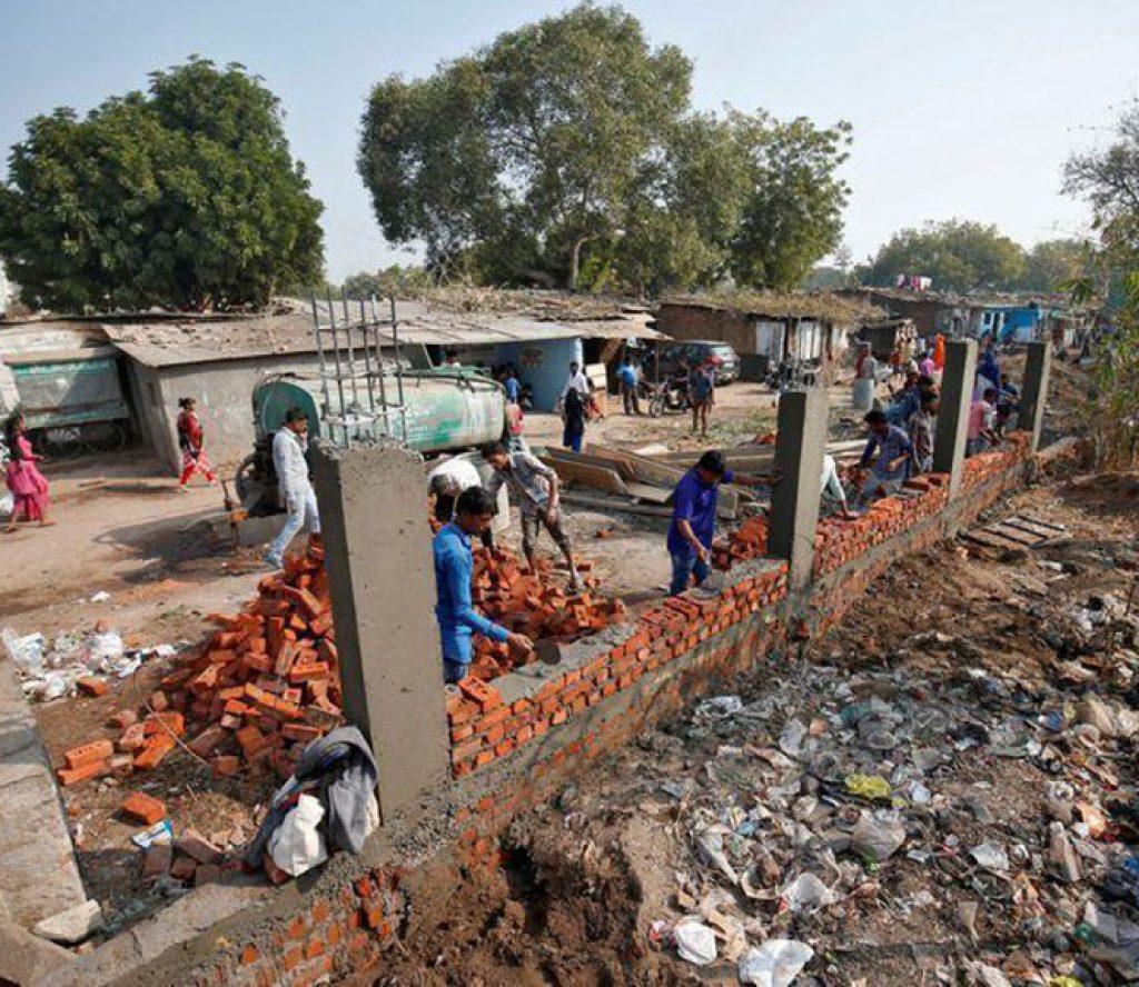 ट्रम्पलाई नदेखाउन मोदीले ४५ गरिब परिवारलाई घर छोड्न निर्देशन गरे