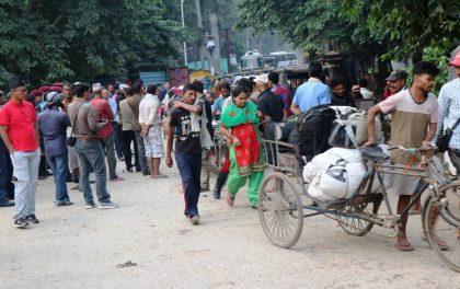 गड्डाचौकीमा भारतबाट स्वदेश फर्कनेको भीड लागेपछि आज बिहानैदेखि सवारीसाधन बन्द