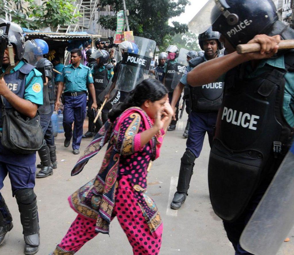 बङ्लादेशमा प्रहरी र प्रदर्शनकारीबीच झडप हुँदा दर्जनौ घाइते