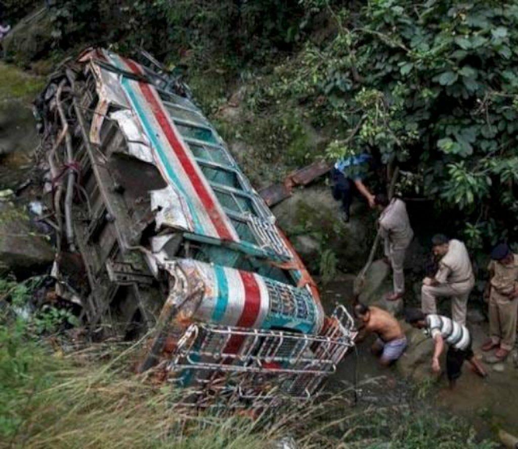 यात्रुबाहक बस भिरबाट खस्दा ९ जनाको मृत्यु, ५ घाइते
