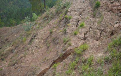 पहिरोमा पुरिएर दुईजना गम्भीर घाइते, पुरै गाउँ पहिरोको जोखिममा