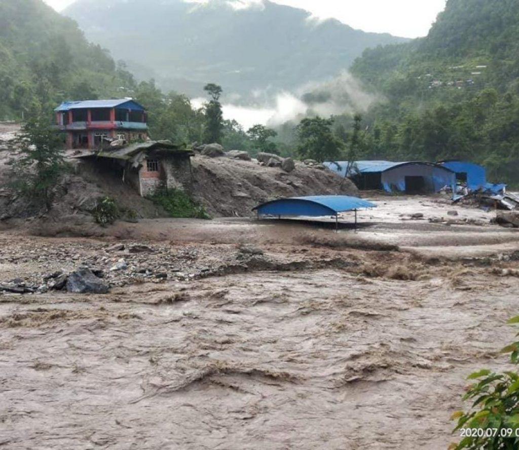 सिन्धुपाल्चोकमा पहिरो : जम्बु बजार पुरिदाँ १४ घरका १९ बेपत्ता, २ को मृत्यु