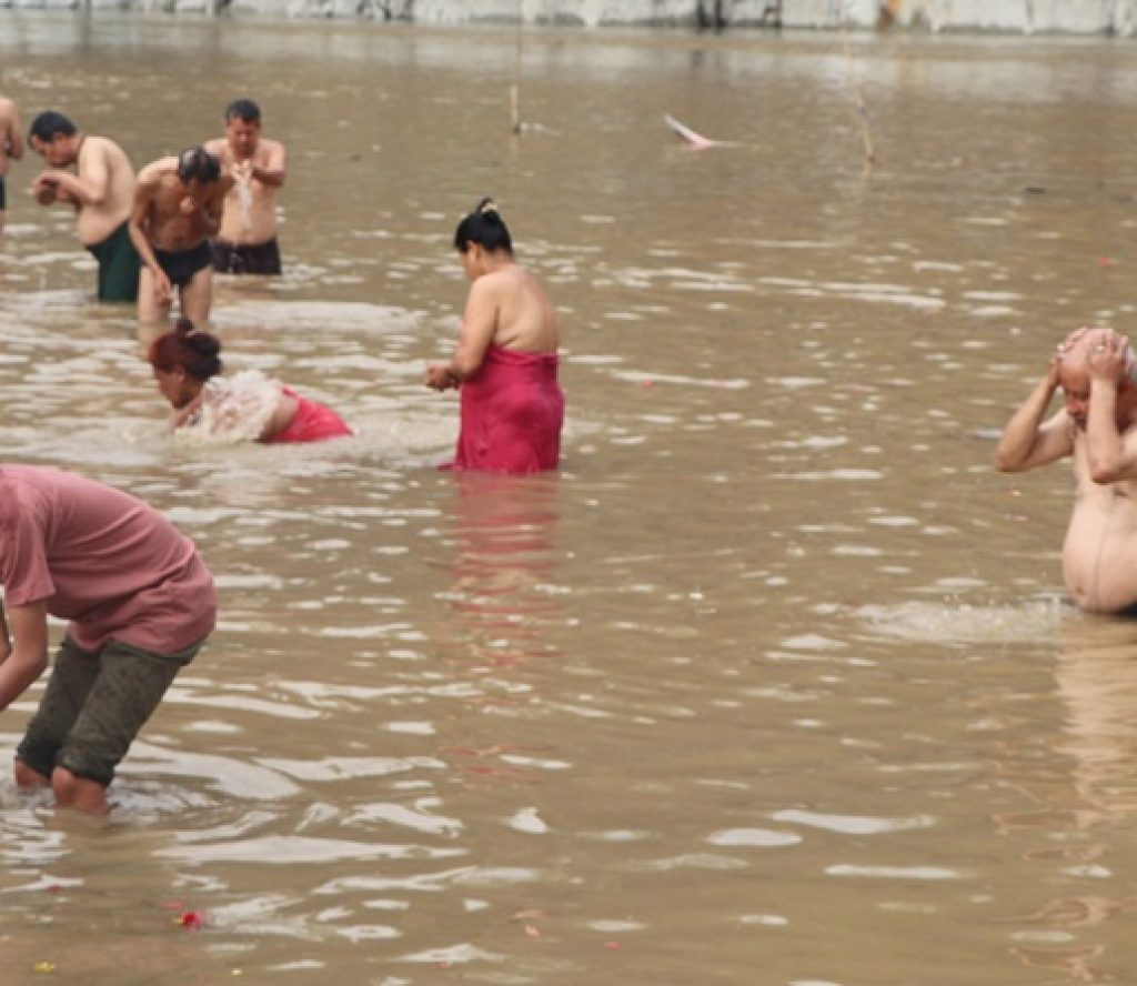 सामाजिक दूरी कायम गर्दै कालीगण्डकीमा स्नान