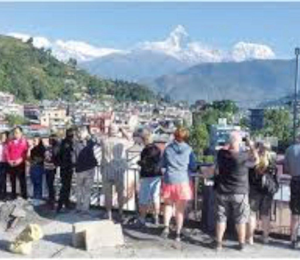 पोखरामा अलपत्र परेका पर्यटकलाई काठमाडौंँ लैजाँदै